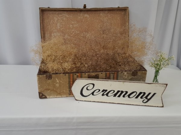 Ceremony sign, right pointing