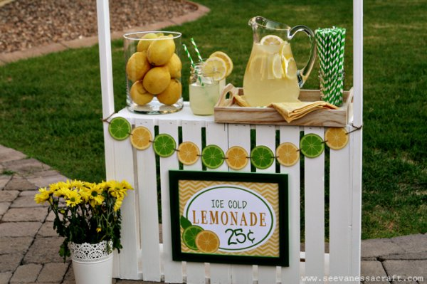 Lemonade stand, white